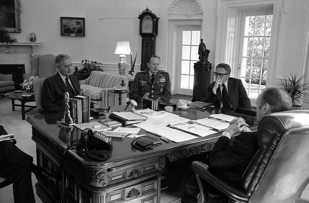 Incontro nello Studio Ovale tra il Presidente Gerald Ford, il Segretario di Stato Henry Kissinger, il Capo di Stato Maggiore Generale Frederick Weyand e Graham Martin, Ambasciatore in Vietnam.
