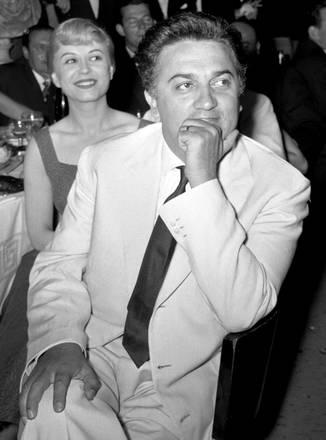 Il regista Federico Fellini con l'attrice Giulietta Masina, Federico Fellini  Venezia