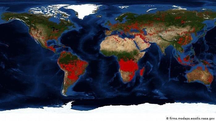 cartina con cambiamenti climatici nel mondo, smile for future