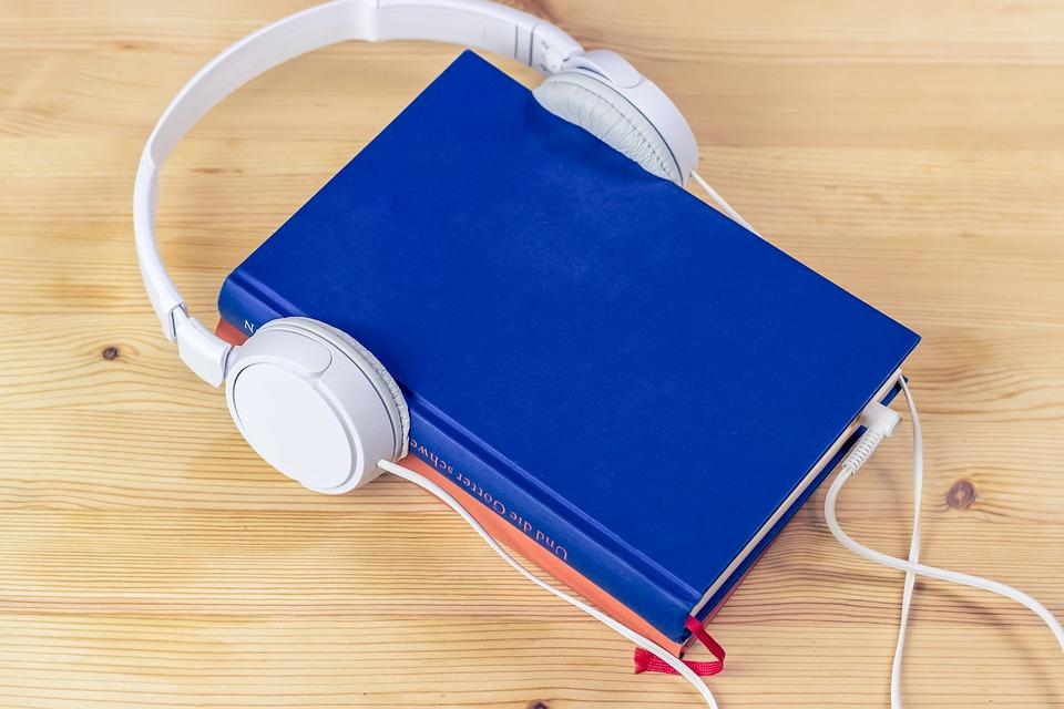 libro con cuffie (parodia audiolibro)
