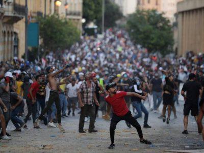 Libano, scontri fra polizia e manifestanti scesi in piazza contro il lockdown