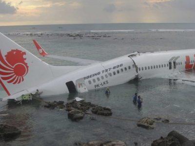 Indonesia, si cercano le scatole nere dell'aereo caduto in mare