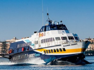"""Onda anomala investe il onda anomala ha investito il """"Calipso"""" della Liberty Lines nel tratto Eolie-Milazzo"""