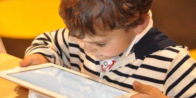 Smartphone si arriverà a vietarli per legge ai minori di 14 anni? Effetti come droga