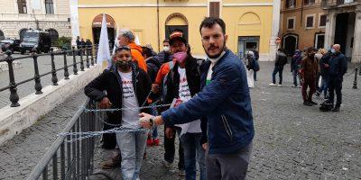 Roma, Montecitorio: cittadini incatenati, il Governo deve ascoltarci