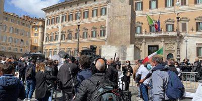 Roma, caos a Montecitorio:  scontri, si chiede ai poliziotti solidarietà: diretta