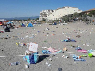 """Legambiente lancia l'allarme: """"Troppi i rifiuti sulle spiagge italiane"""""""