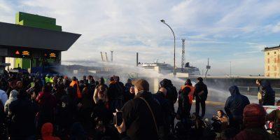 Porto di Trieste, la polizia caccia via i manifestanti con gli idranti